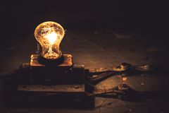 老葡萄酒电灯泡网逐渐消失黑暗的拷贝空间概念老想法能源节约技术 免版税库存照片
