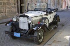 老葡萄酒白色汽车 免版税库存照片