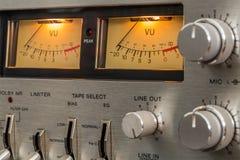 老葡萄酒盒式带录音机图象 在VU米的焦点 免版税库存图片
