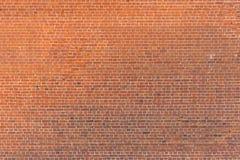 老葡萄酒砖墙,有果皮的肮脏的砖墙背景  库存图片