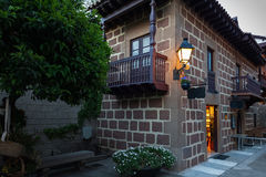老葡萄酒砖房子在传统西班牙村庄在巴塞罗那镇,西班牙 库存图片