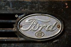 老葡萄酒福特85卡车商标 库存图片