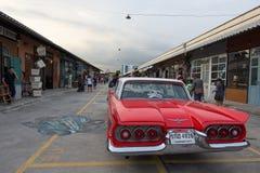 老葡萄酒红色汽车在夜市场, Srinakarin路,泰国上 免版税库存图片