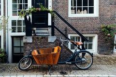 老葡萄酒自行车在房子前面停放了在阿姆斯特丹 免版税图库摄影