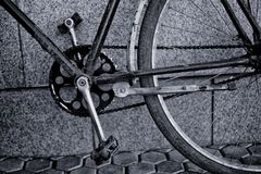 老葡萄酒自行车脚蹬链子嵌齿轮 库存图片