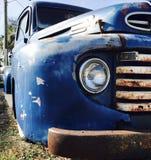 老葡萄酒蓝色卡车 免版税图库摄影
