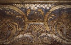 老葡萄酒被镀金的木雕刻的细节难看的东西样式表面抽象纹理背景 库存照片