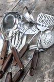 老葡萄酒金属汤杓子和开槽的匙子 库存图片