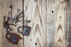 老葡萄酒钥匙和锁在古董风化了谷仓木板板条 库存照片