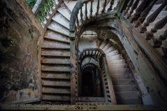 老葡萄酒顶视图装饰了在被放弃的豪宅的楼梯 免版税库存照片