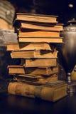 老葡萄酒预定与黄页在图书馆里 库存照片