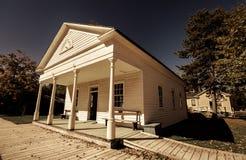 老葡萄酒经典建筑学城镇厅看法在室外公园 免版税图库摄影