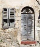 老葡萄酒绿色木门和窗口 免版税图库摄影