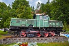 老葡萄酒绿色电力机车 库存图片