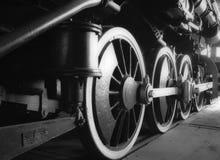 老蒸汽引擎齿轮和轮子在B&W的 免版税库存照片
