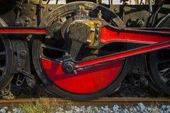 老蒸汽火车-驱动轮的细节 免版税库存图片