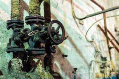 老蒸汽阀门在工厂的 库存照片