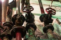 老蒸汽阀门在工厂的 免版税库存照片