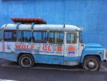 老蓝色公共汽车 库存图片
