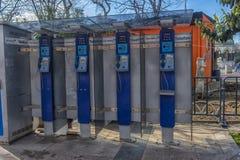 老蓝色公用电话摊在老镇伊斯坦布尔 图库摄影