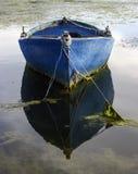 老小船和反射 免版税库存照片
