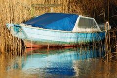 老蓝色小船 免版税库存照片