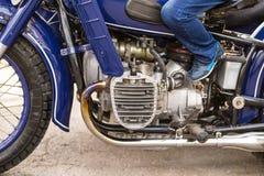 老蓝色摩托车幅射器镀铬物元素的细节 免版税库存图片
