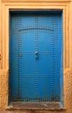 老蓝色散布的摩洛哥riad门, 库存图片