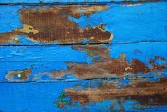 老蓝色木小船背景 免版税图库摄影