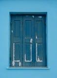 老蓝色木窗口在希腊 库存照片