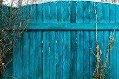 老蓝色木篱芭 背景砖老纹理墙壁 免版税库存图片