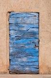 老蓝色木门和橙色墙壁在鲁西永在法国 免版税库存图片