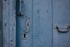 老蓝色木门细节 免版税库存照片