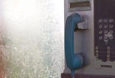 老蓝色电话亭硬币。 库存照片
