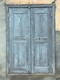 老蓝色绘了在房子墙壁的快门用法语普罗旺斯 库存照片