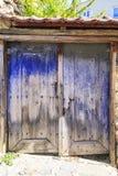 老蓝色绘了并且变老了两飞过的门 图库摄影