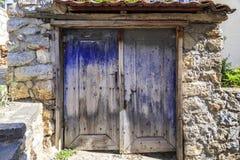 老蓝色绘了并且变老了两飞过的门 库存图片