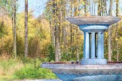 老蓝色被放弃的喷泉 免版税库存图片