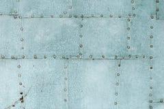 老蓝色被绘的被铆牢的金属门细节 免版税库存图片