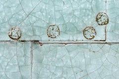 老蓝色被绘的被铆牢的金属门细节 图库摄影