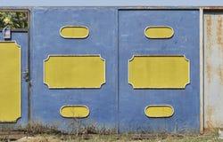 老蓝色钢门 免版税库存照片