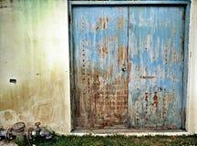 老蓝色钢门 库存图片