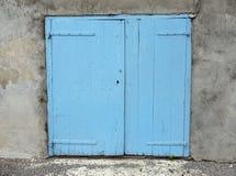 老蓝色门在房子墙壁关闭用法语普罗旺斯 免版税库存图片