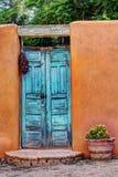 老蓝色门在新墨西哥 免版税库存图片