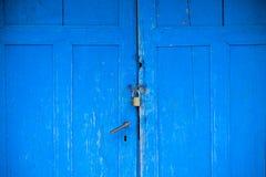 老蓝色门 库存图片