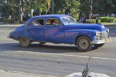 老蓝色经典古巴汽车 免版税库存图片