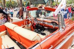 老薛佛列贝莱尔1956年敞蓬车内部在老汽车的陈列的在Kiryat Motskin的 免版税库存图片