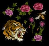 老虎、蜂和牡丹花刺绣纺织品的补丁元素设计 免版税库存照片