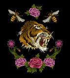 老虎、蜂和牡丹花纺织品的刺绣补丁设计 库存图片