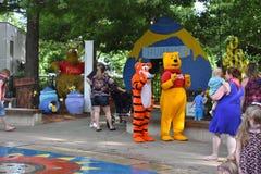 老虎和小熊维尼在公园 免版税图库摄影